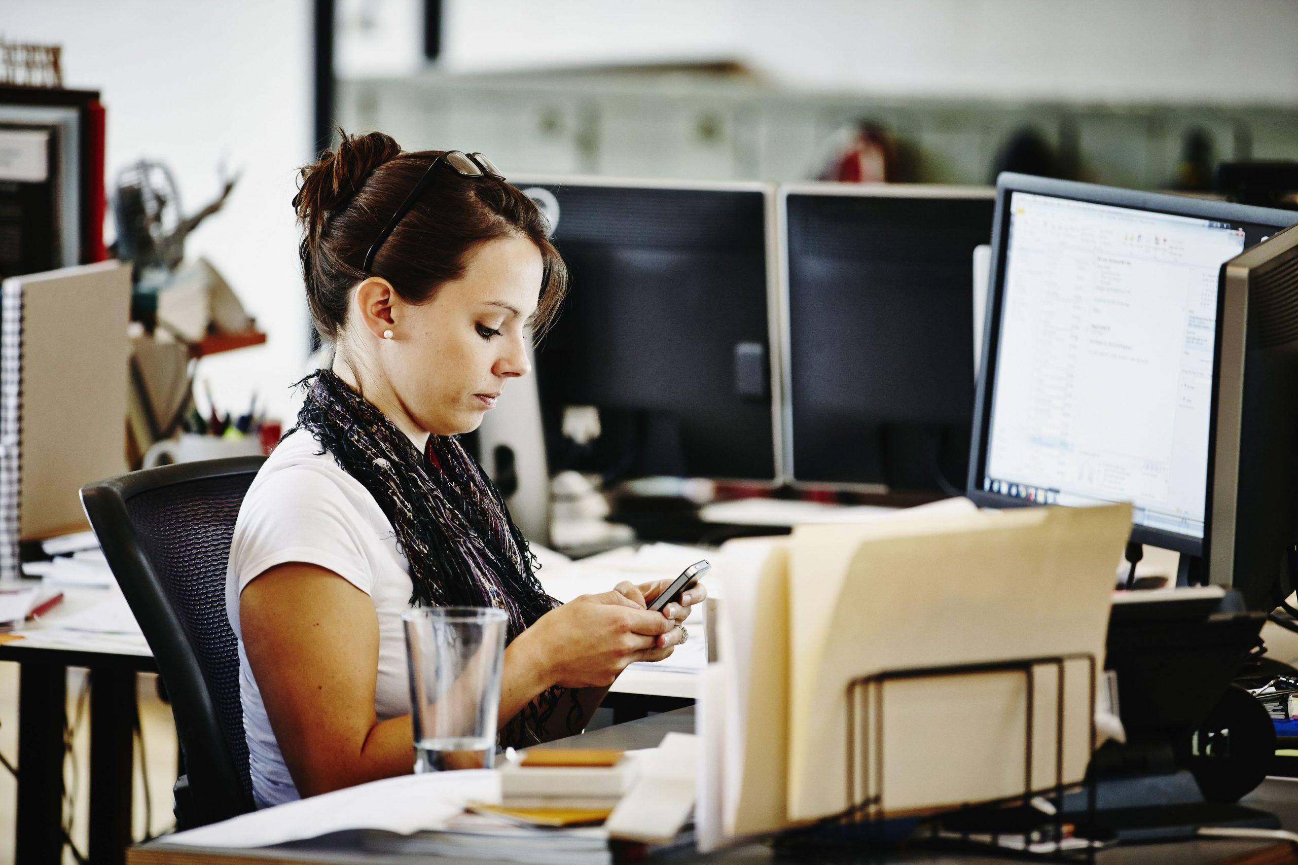 advogada utilizando aplicativo em seu escritório de advocacia