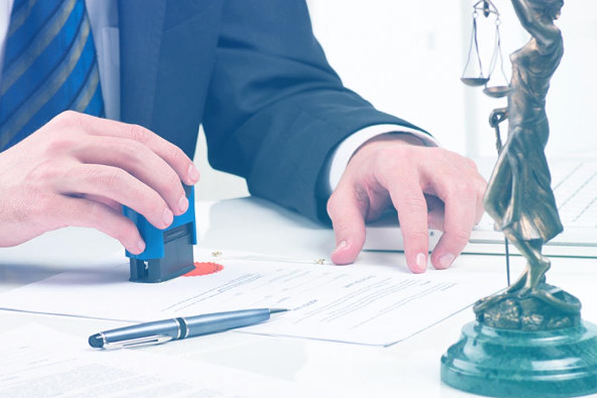 Imagem de uma pessoa carimbando documentos representando o texto Como descomplicar a gestão jurídica em órgãos públicos e prefeituras?