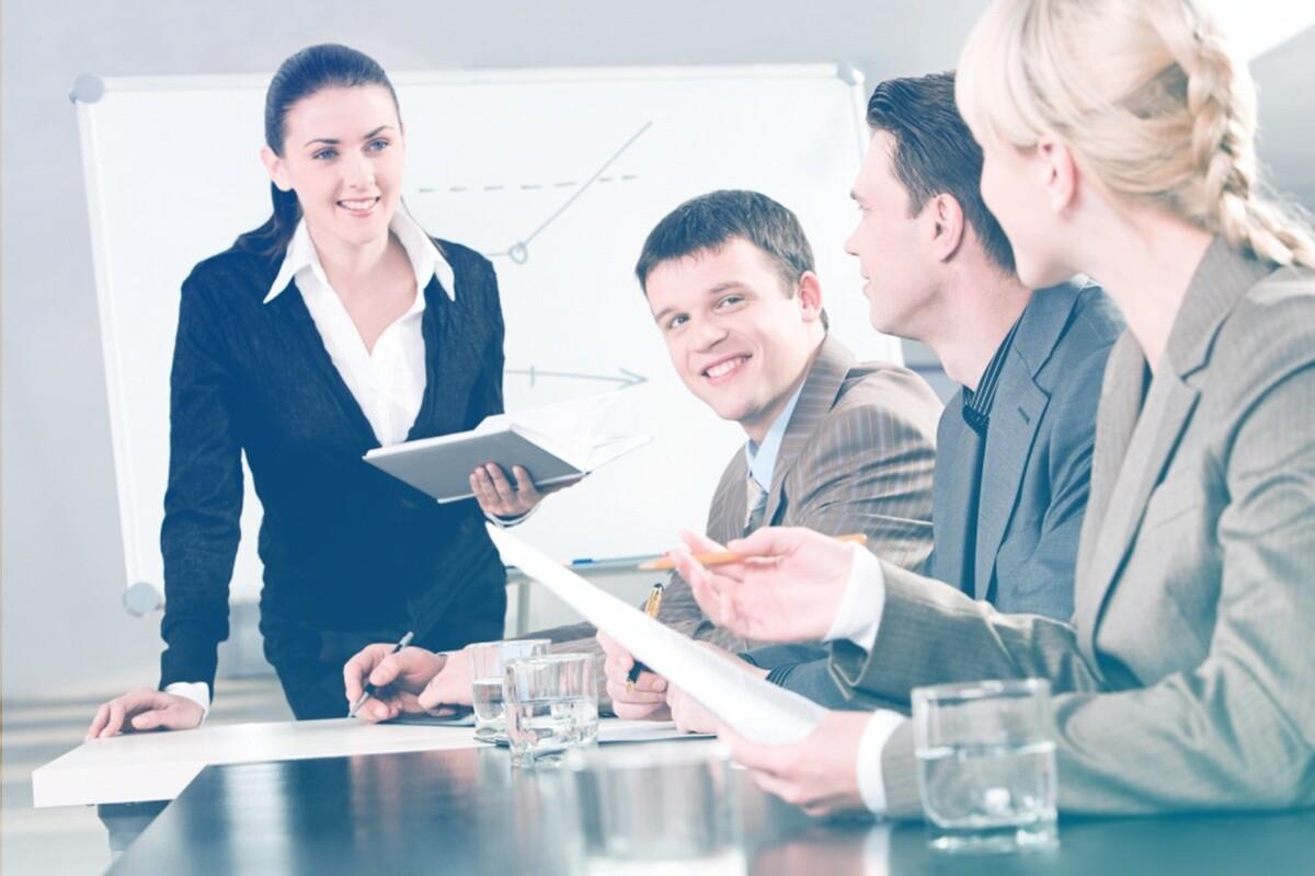 Pessoas reunidas em uma sala conversando