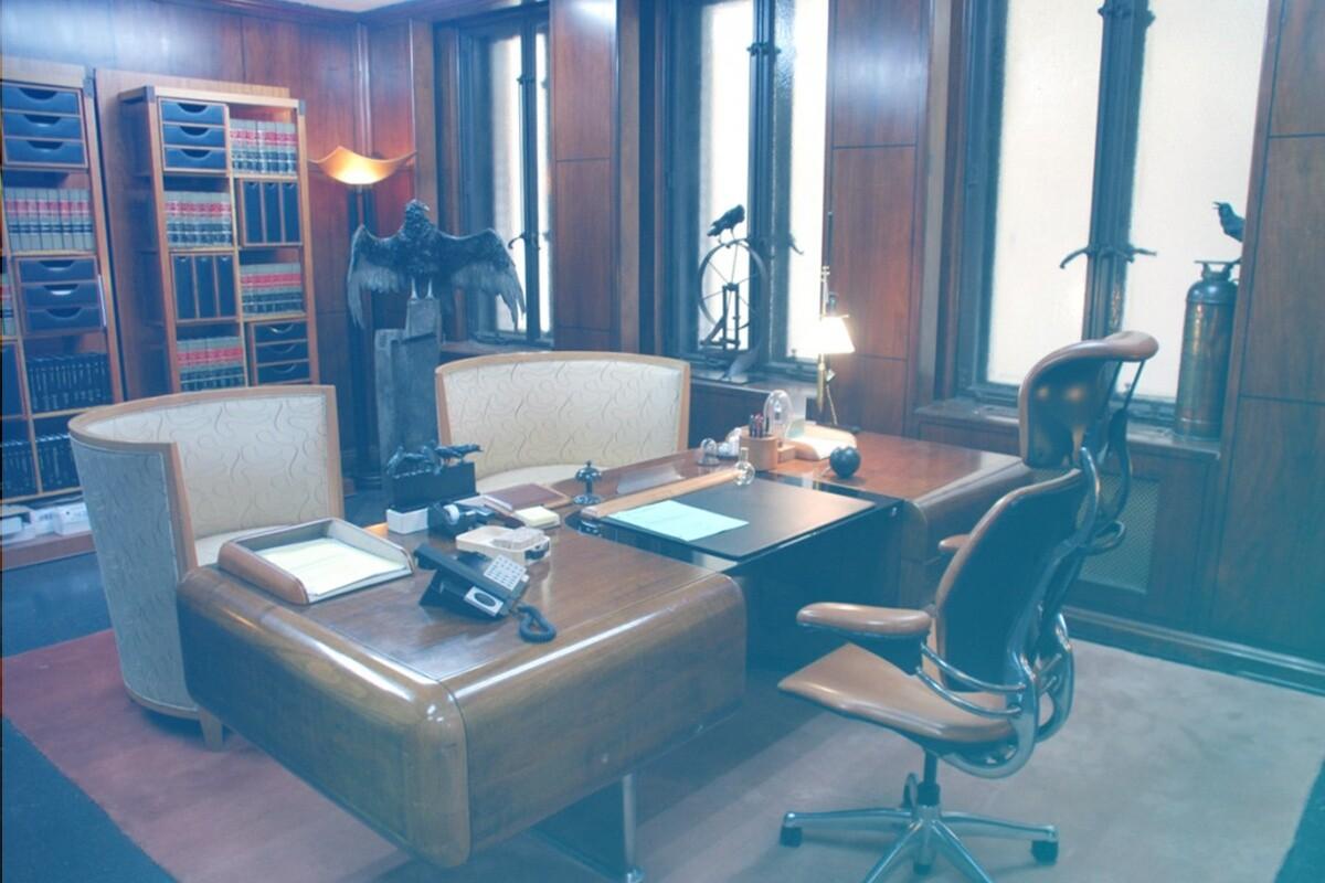 escritório com cadeira e mesa