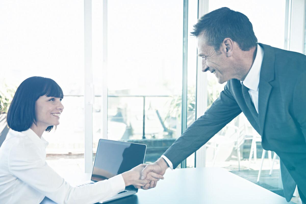 Homem e mulher trocando aperto de mãos