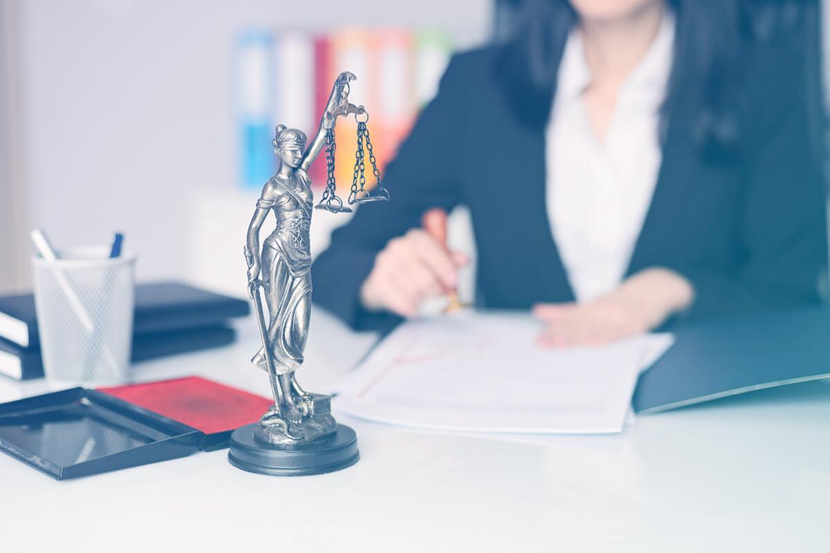 Advogada trabalhando