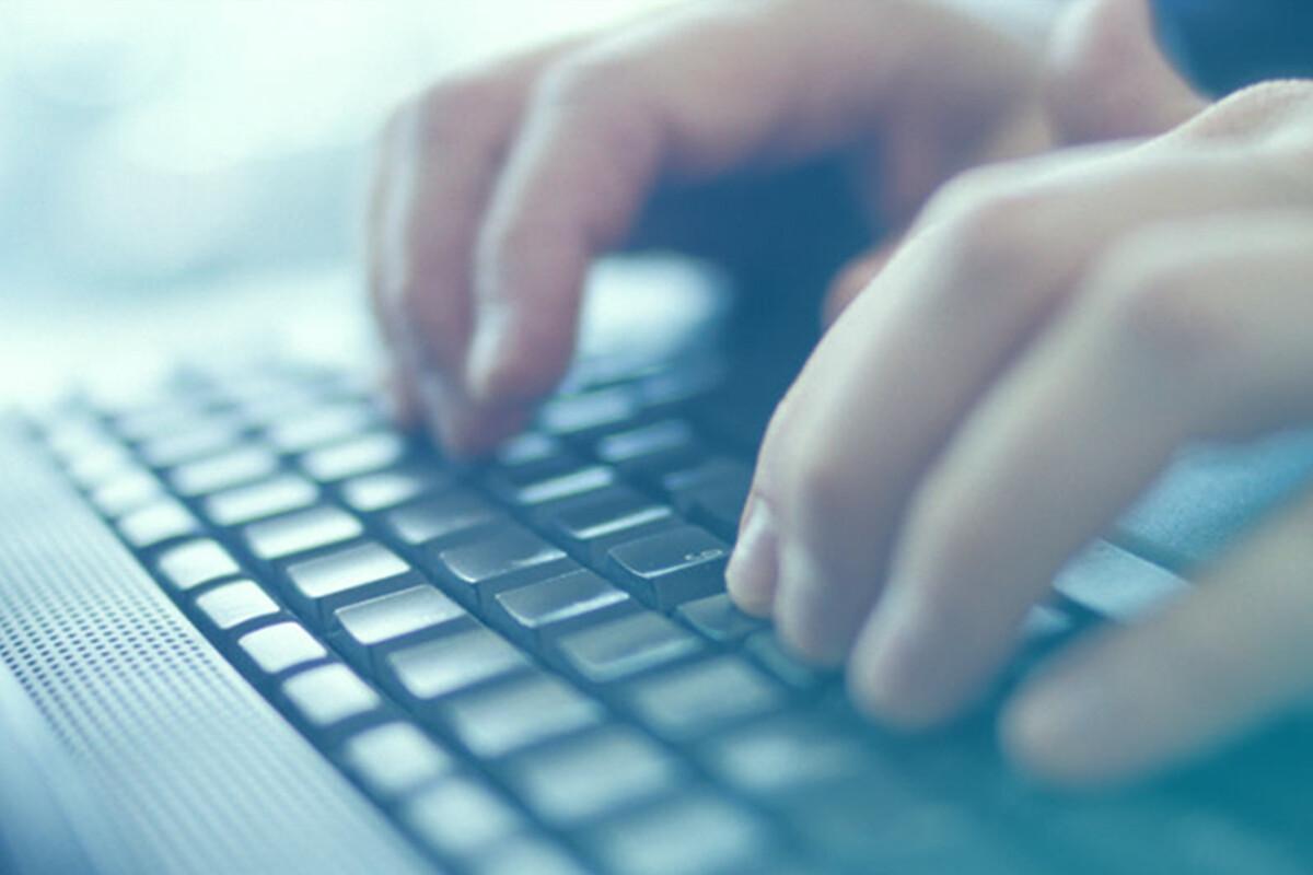 Dedos apoiados sobre teclado