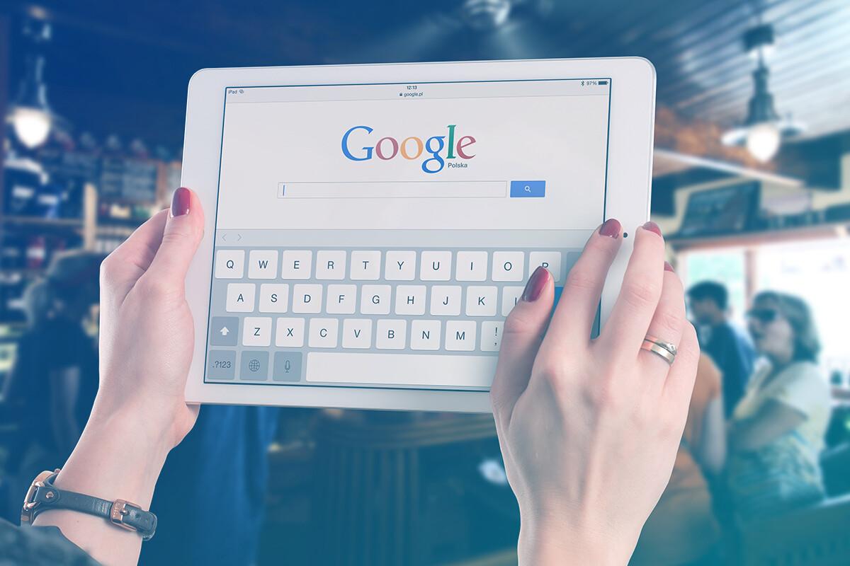 Tablet com página do Google aberta