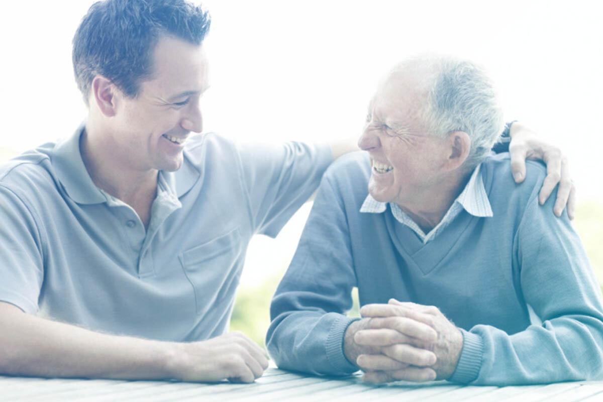 Homem jovem abraçando homem idoso