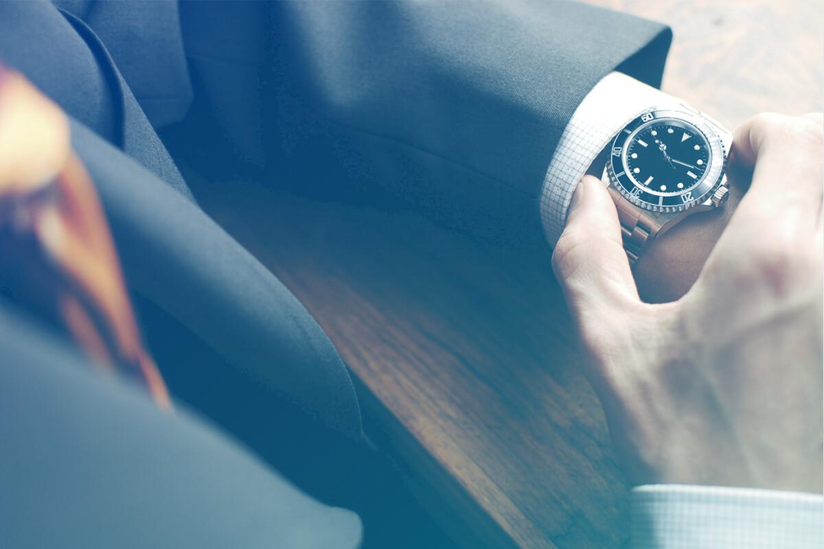Homem ajustando relógio de pulso