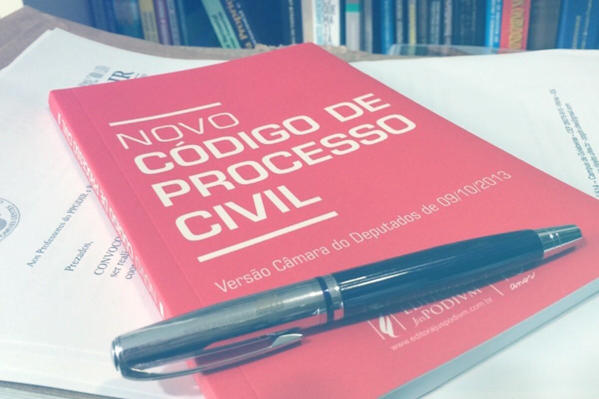 livro do novo código do processo civil em cima da mesa