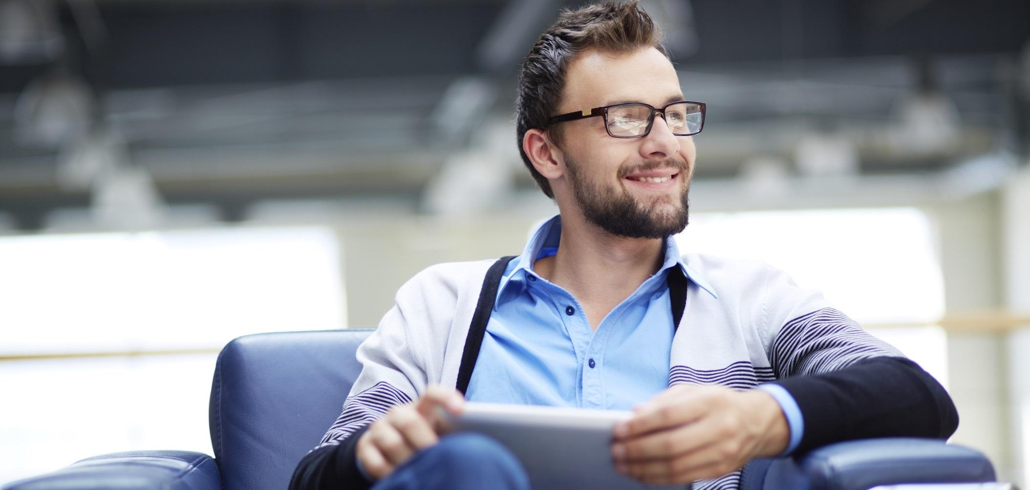 Homem feliz segurando tablet