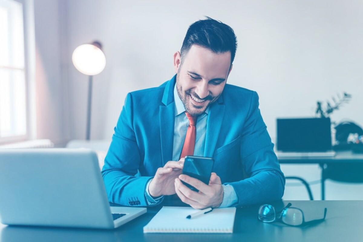 Advogado feliz mexendo no celular