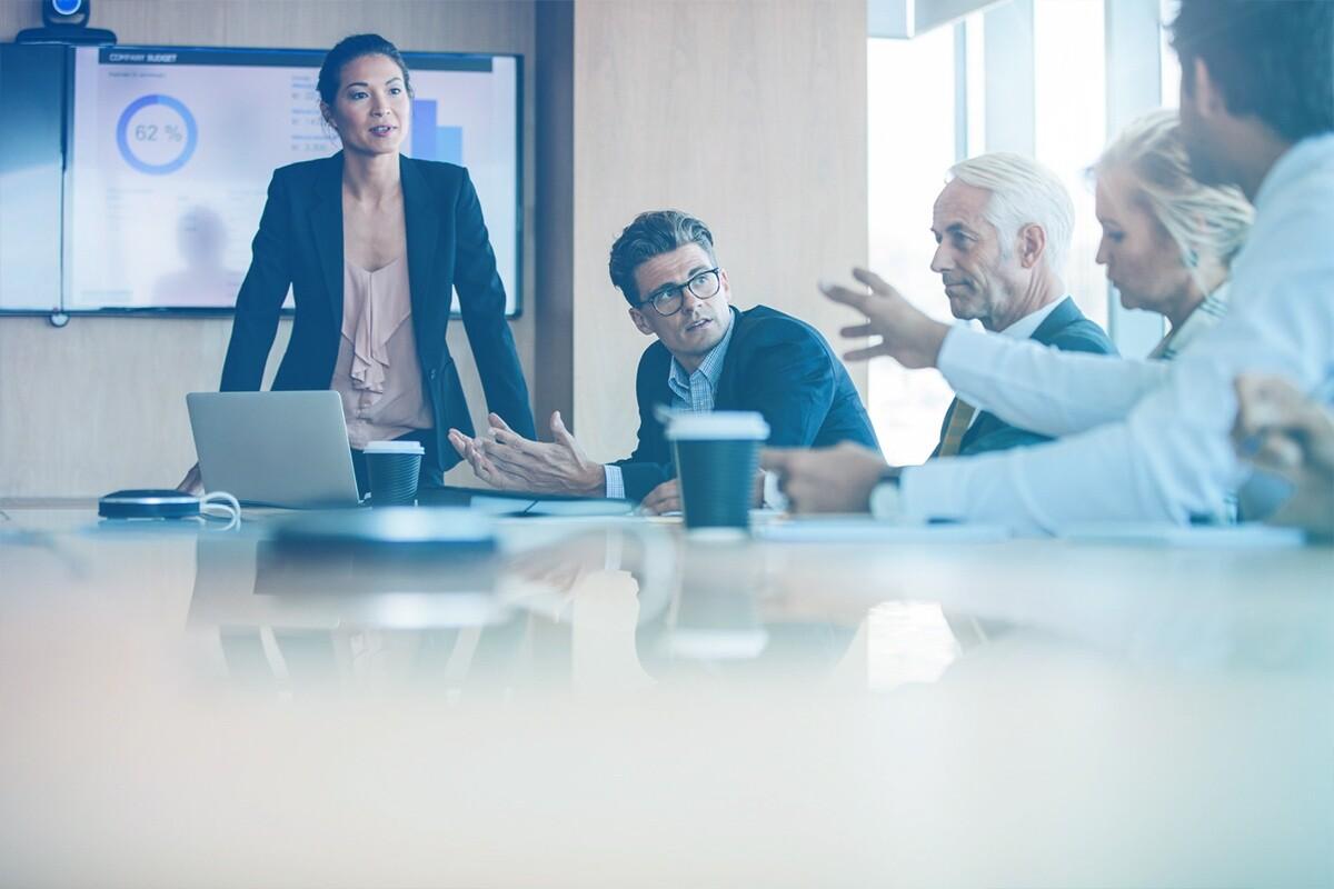 Pessoas reunidas ao redor da mesa de trabalho
