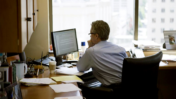 Homem trabalhando em computador