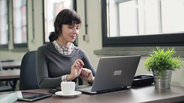 Mulher trabalhando com notebook