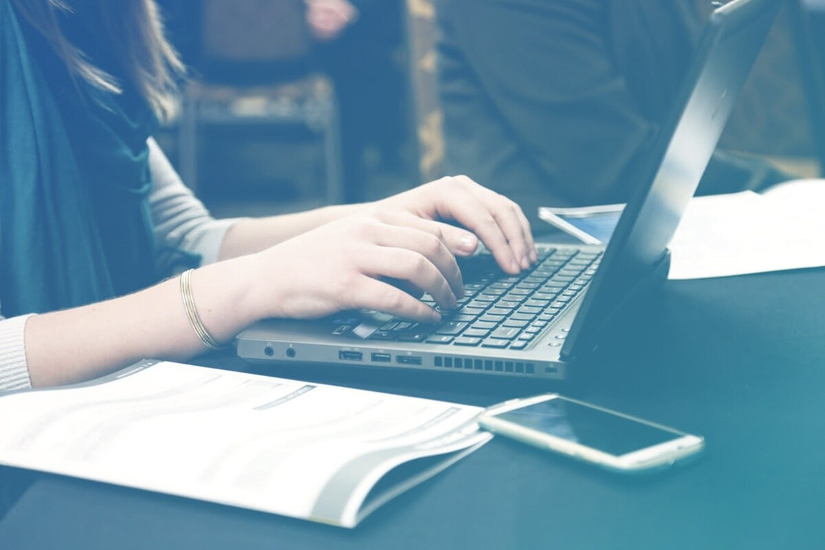 Mulher mexendo no computador