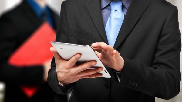 Homem mexendo em tablet