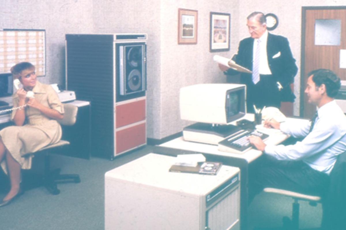 Imagem de grupo de pessoas em escritório antiquado representando o texto Advogados têm medo de tecnologia?