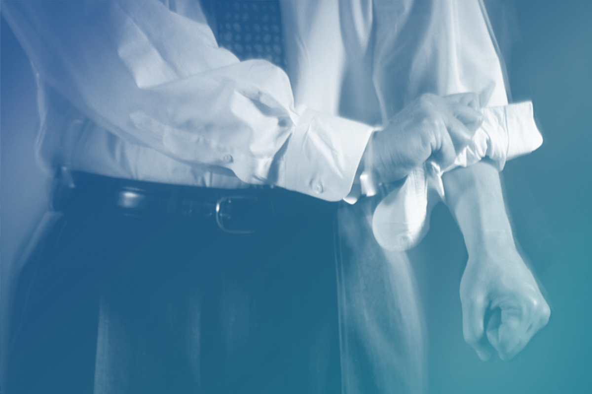 Imagem de um homem arregaçando as mangas representando o marketing jurídico em dia