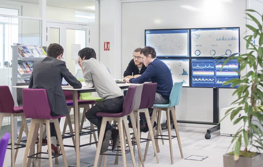 Pessoas trabalhando em sala de reuniões