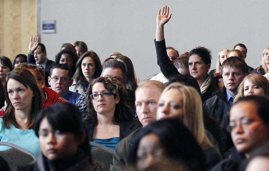 Homem levanta a mão para dar sugestão