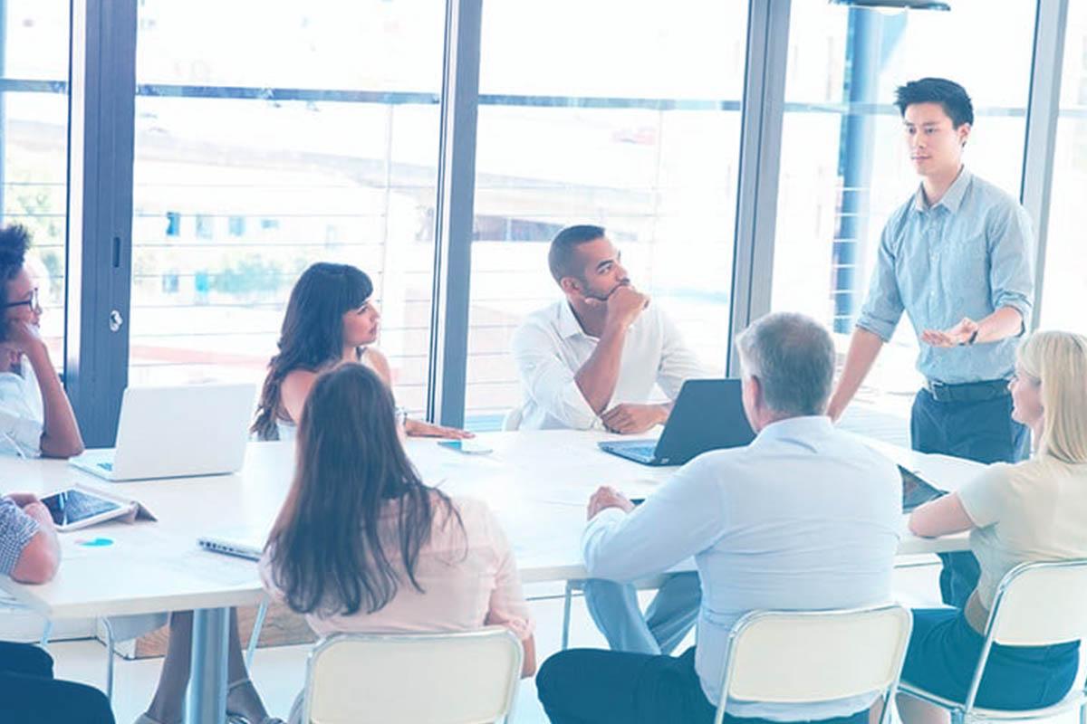 Pessoas sentadas em mesa de reunião