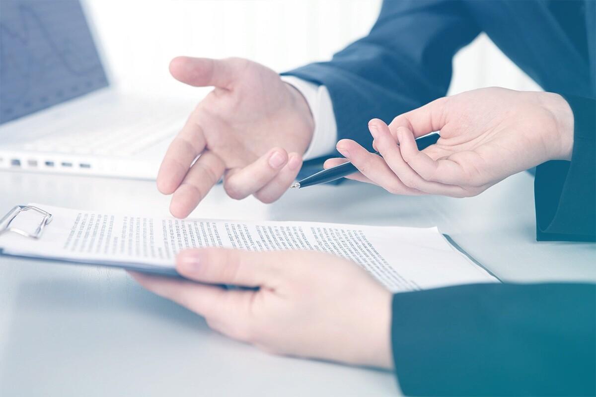 Mãos apontando para documento