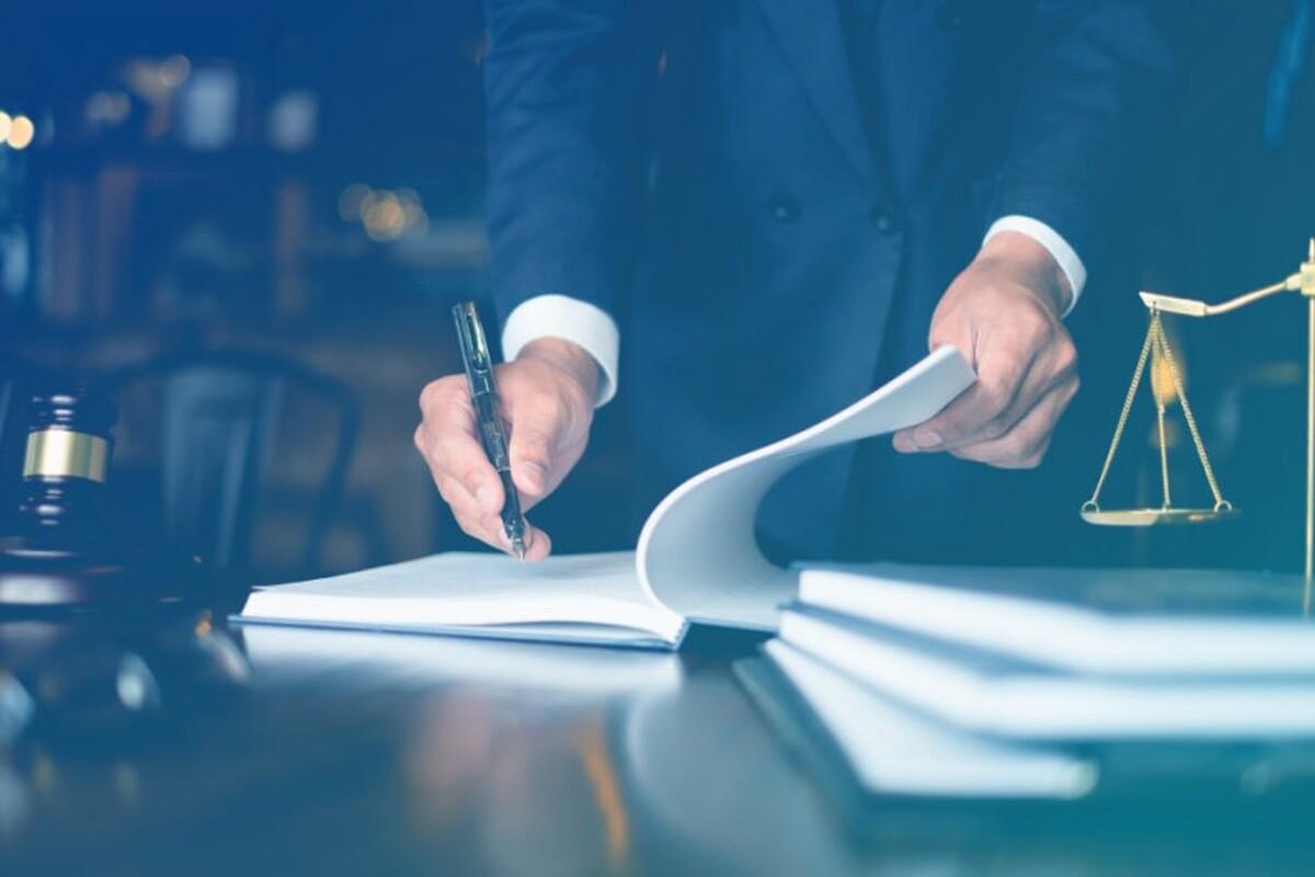 advogado assinando petição