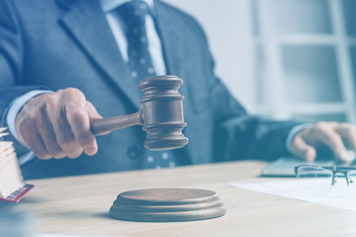 Juiz segurando malhete