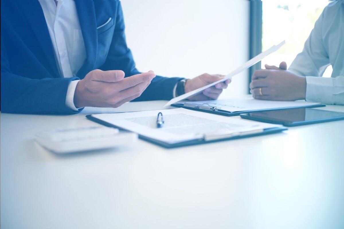 advogado segurando documento