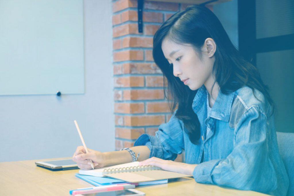 Mulher fazendo anotação
