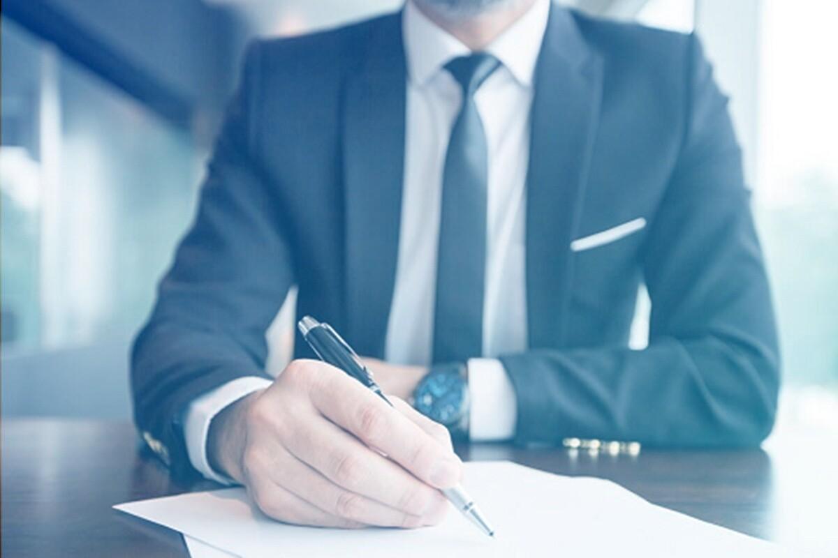 Advogado assinando documento