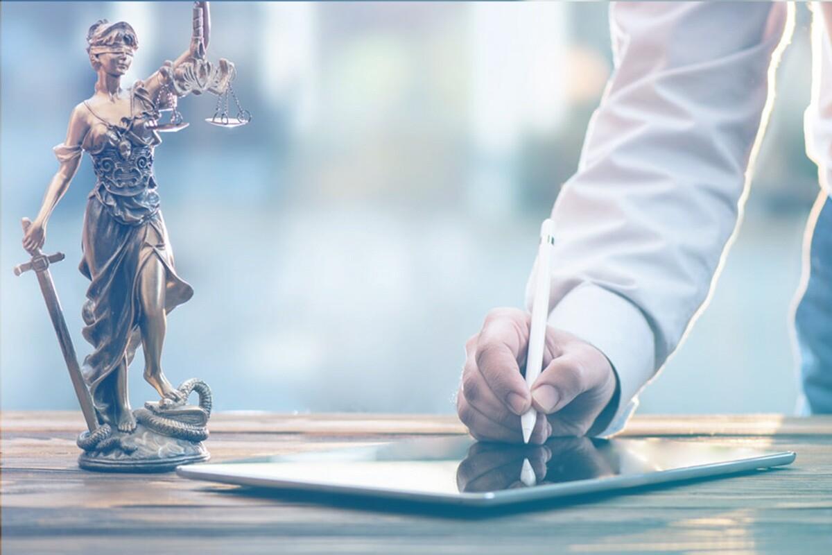 Advogado assinando contrato eletrônico