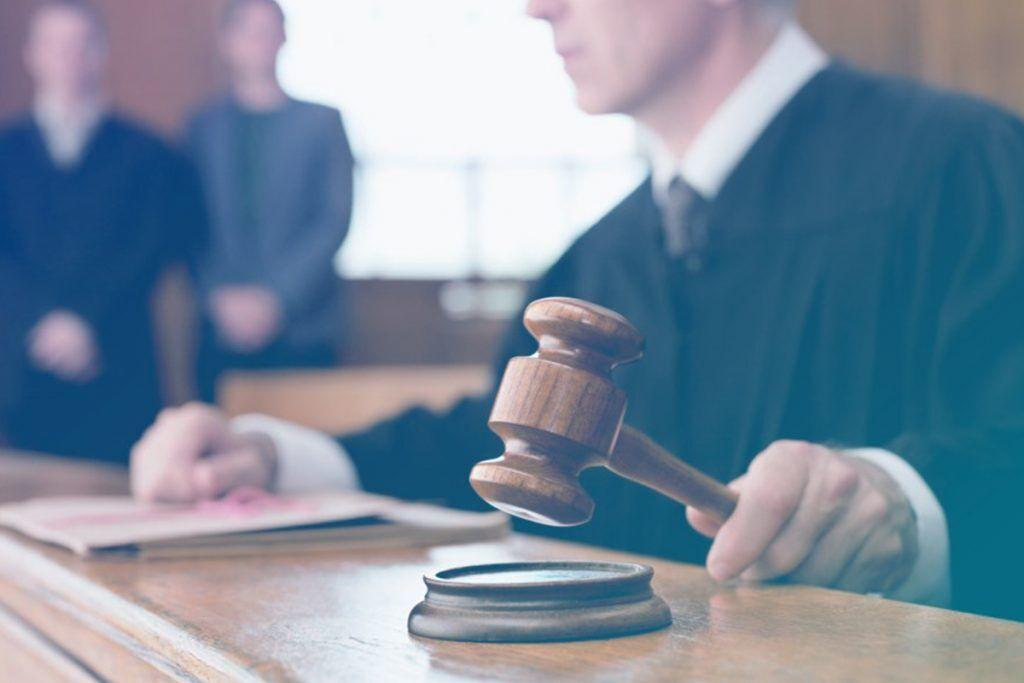 Juiz batendo o malhete