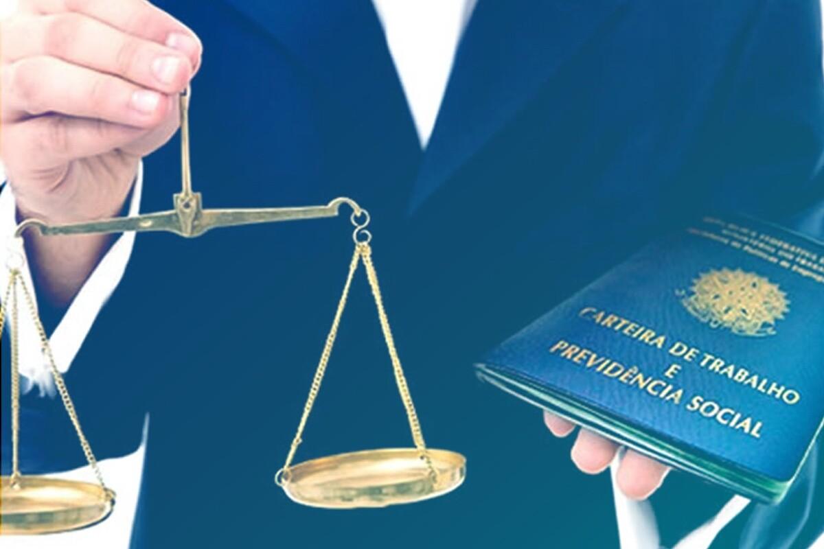 Advogado segurando balança da justiça e CLT