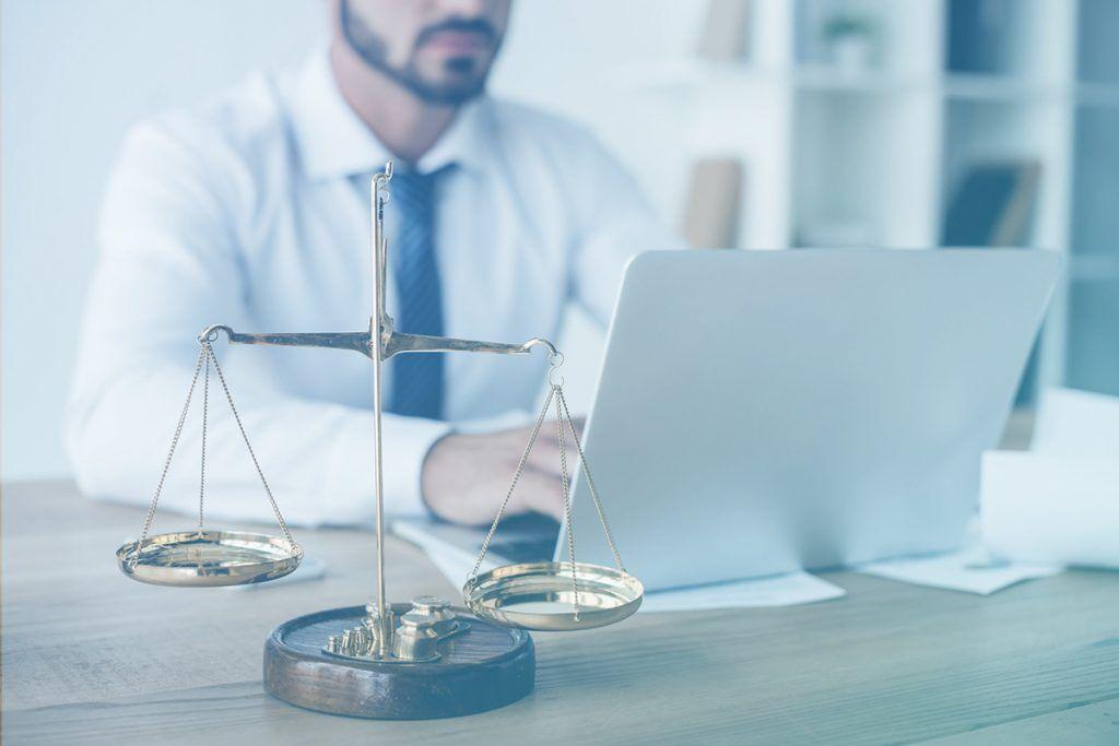 Advogado trabalhando no notebook