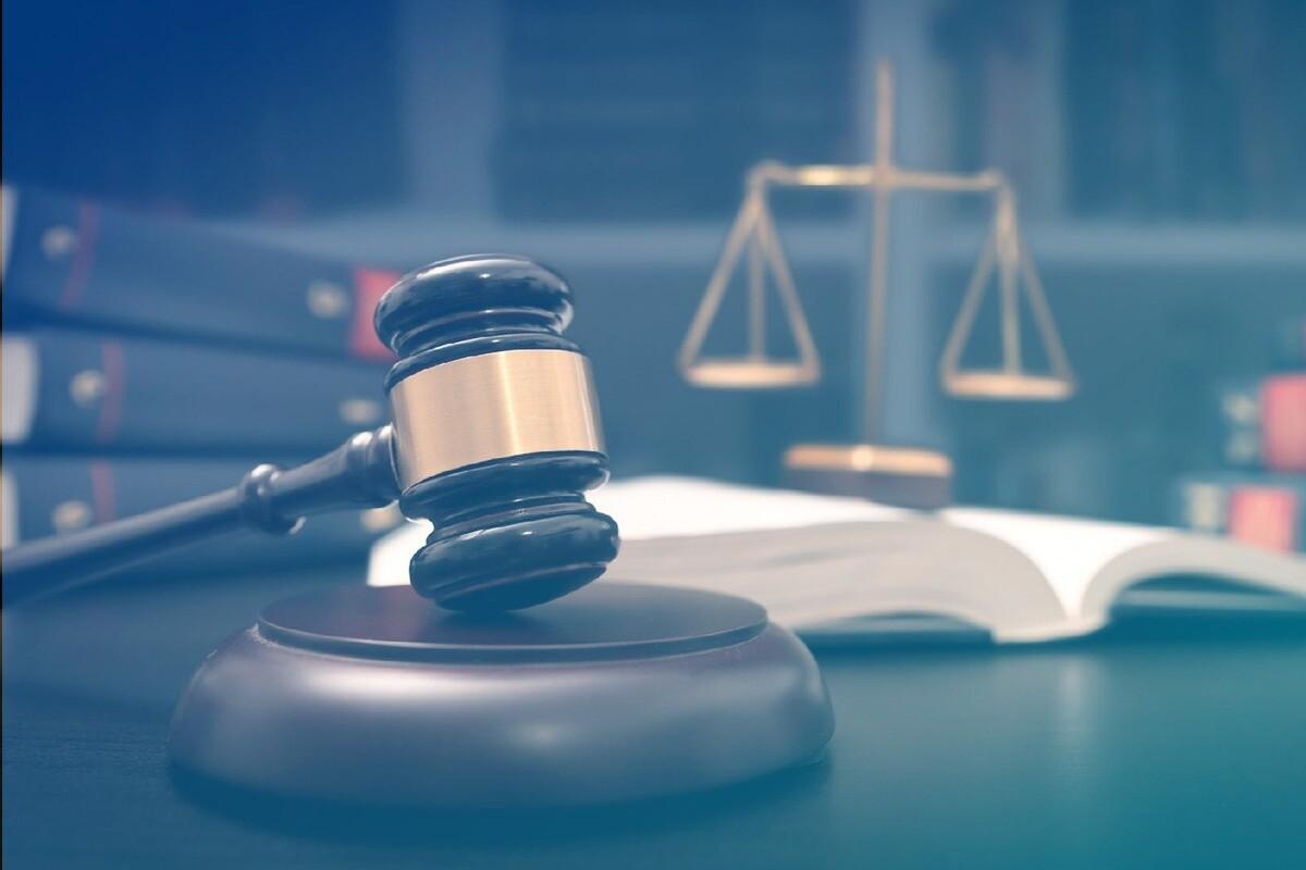Malhete e balança da justiça