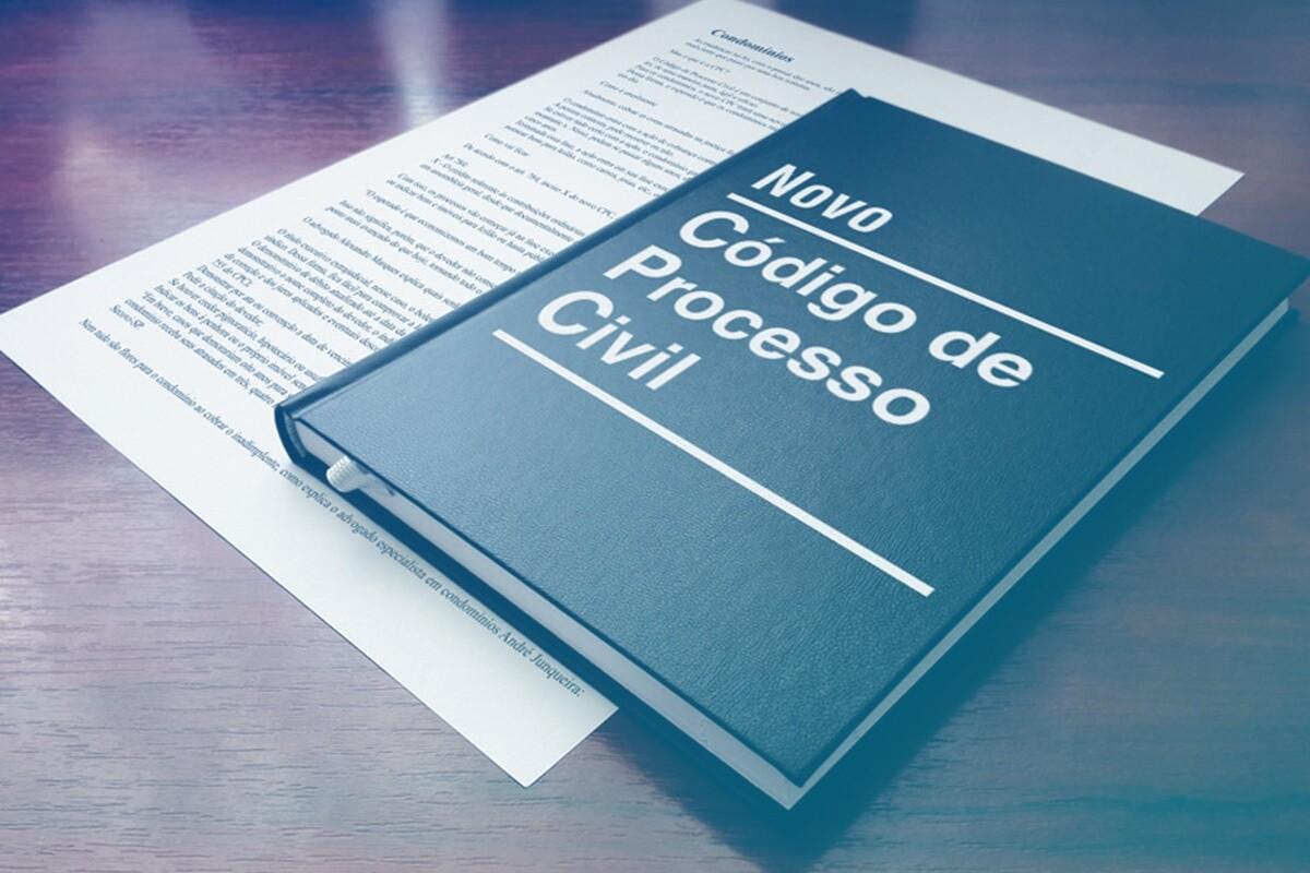 livro do novo código de processo civil em cima de uma mesa marrom