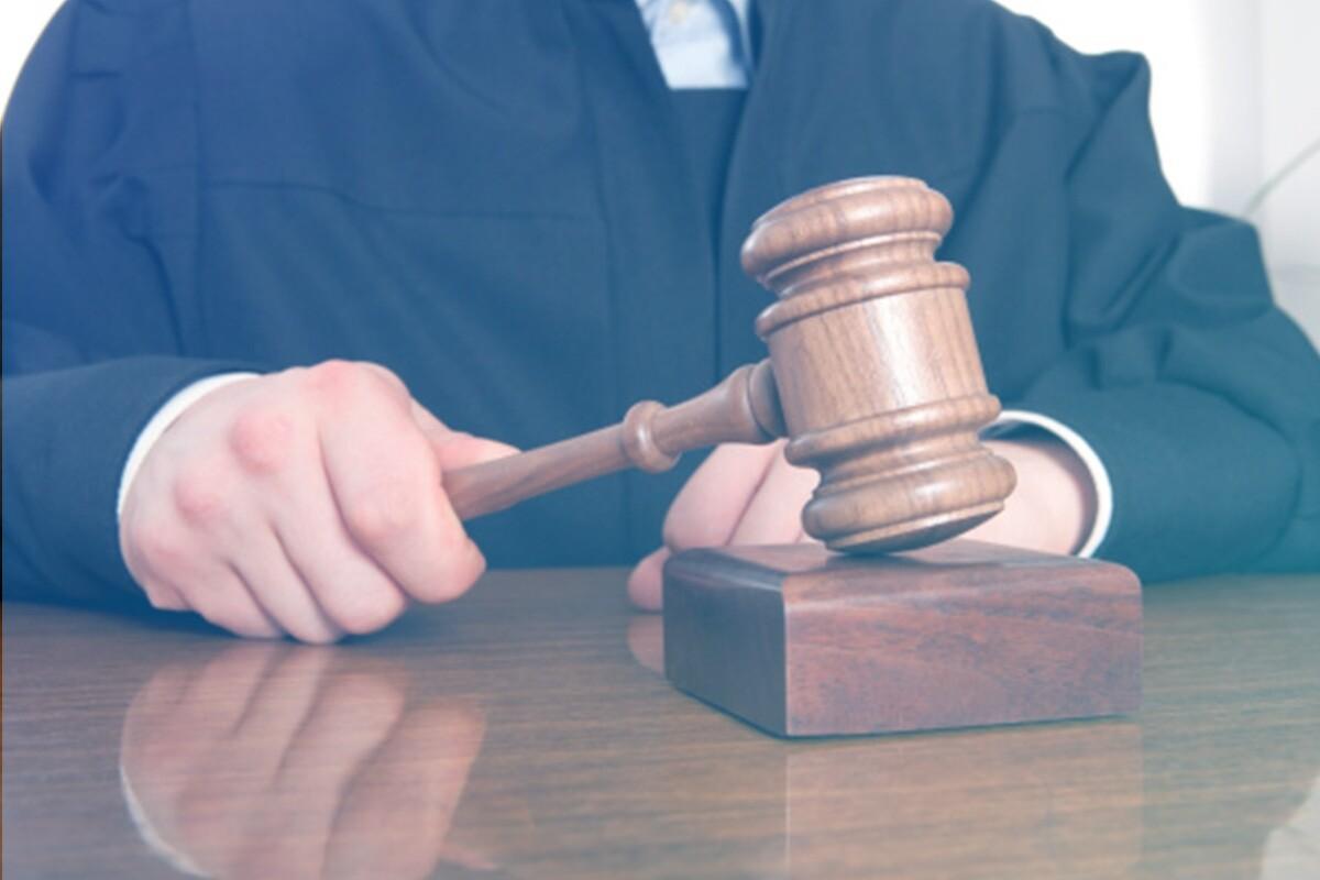 Juiz segurando no malhete
