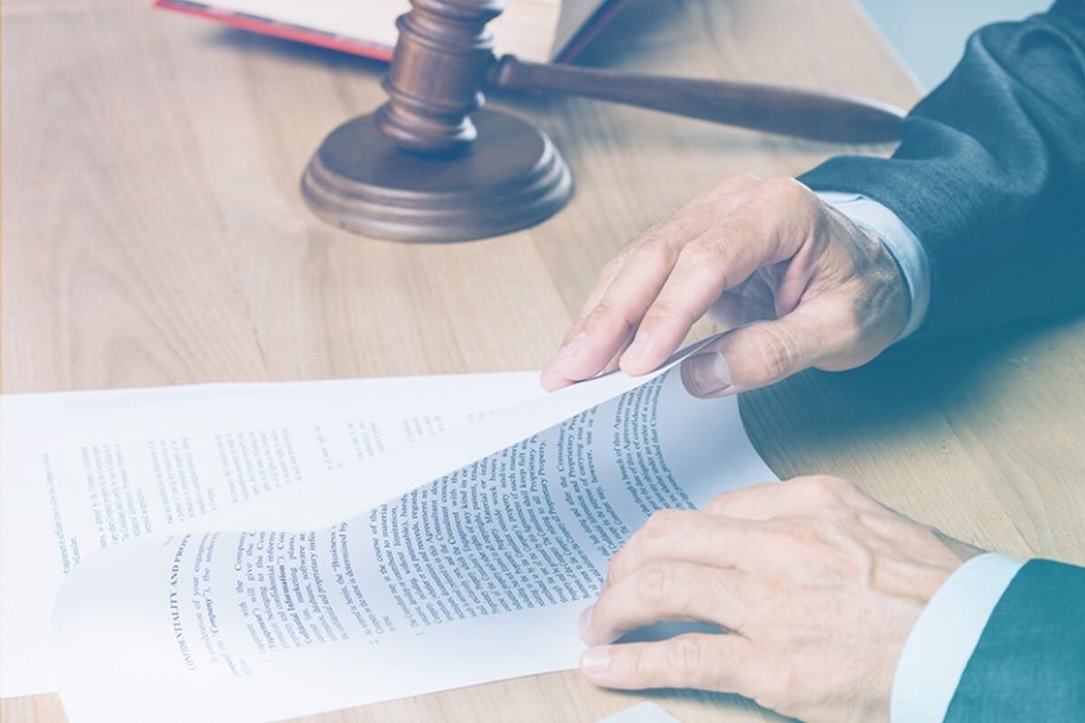 juiz mexendo em documentos