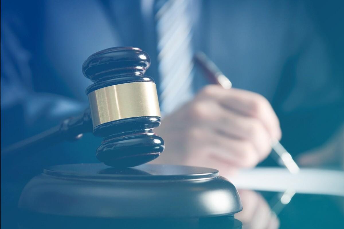 martelo juridico em cima da mesa