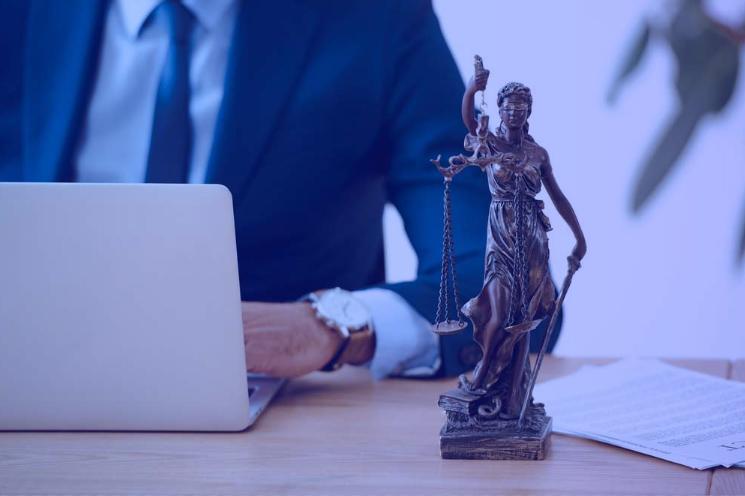 Estátua da Justiça em cima da mesa