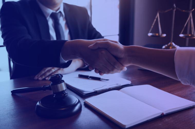Advogado apertando a mão de cliente