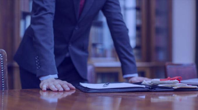 Advogado apoiado sobre a mesa