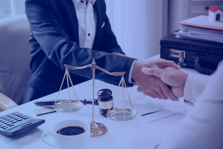 Advogado cumprimentando cliente