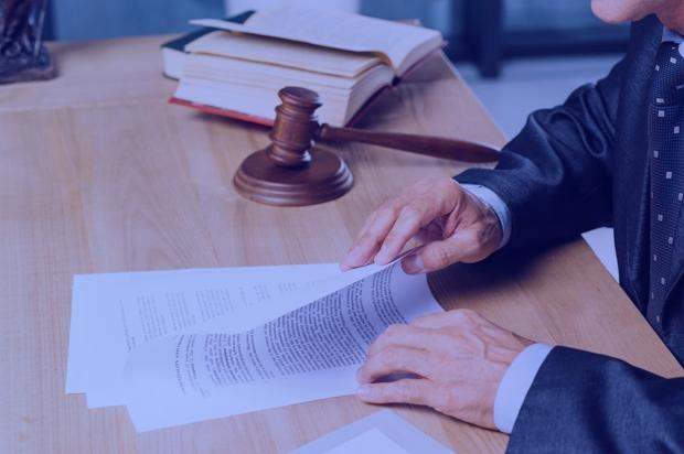 Advogado lendo documento