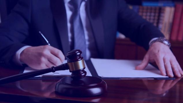 juiz assinando documento
