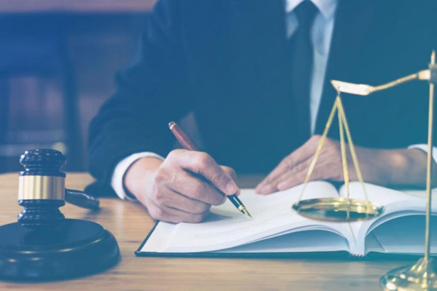 advogado fazendo anotação em livro