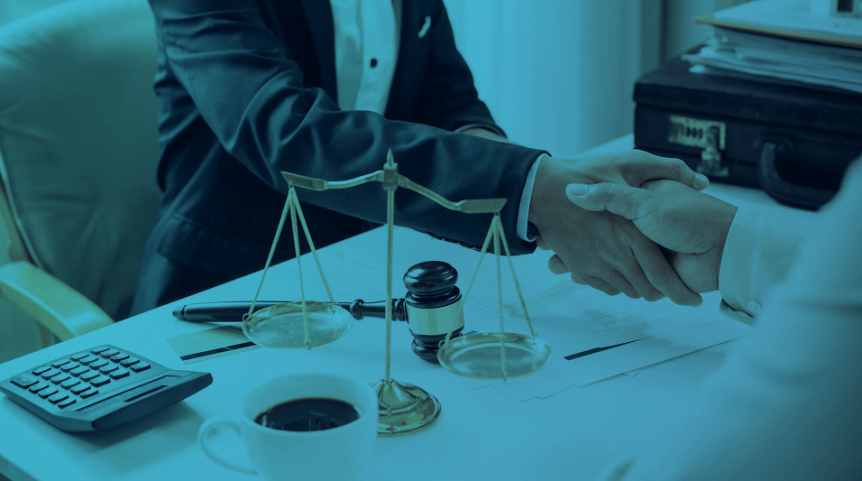 Advogado apertando a mão do cliente