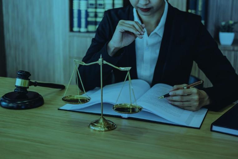 advogada lendo livro