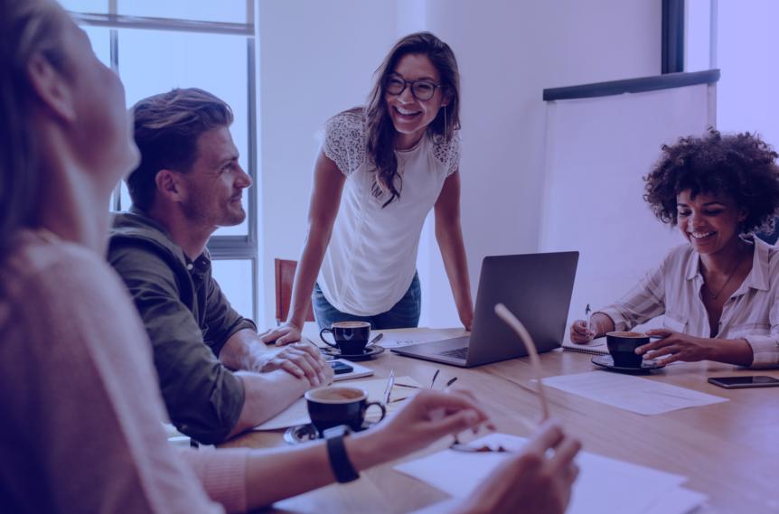 Pessoas trabalhando felizes em startup