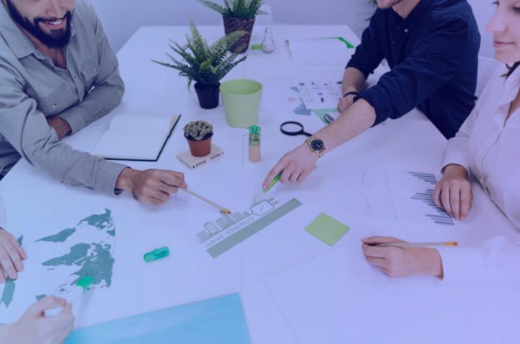 Pessoas trabalhando com foco em ESG