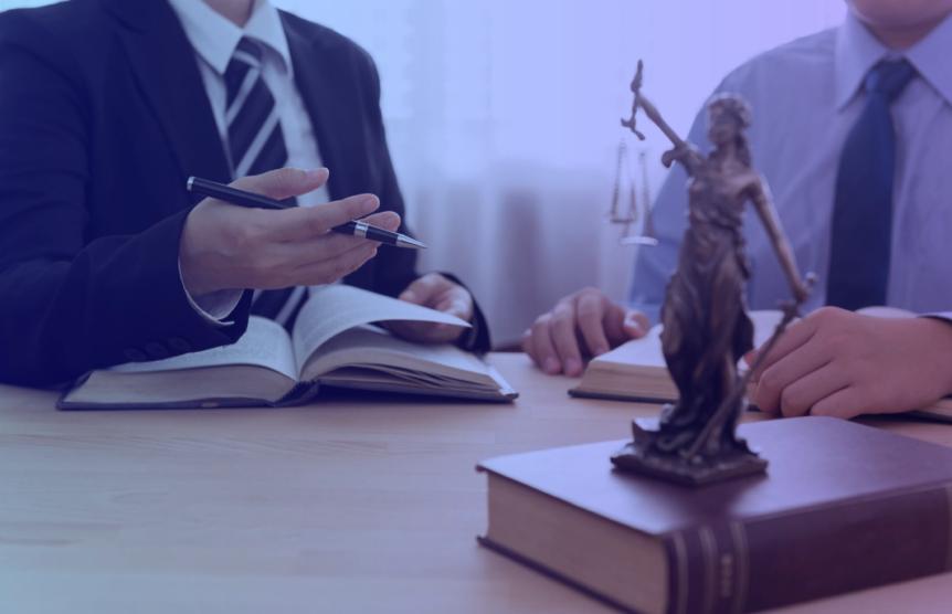 Advogados com livros em mãos
